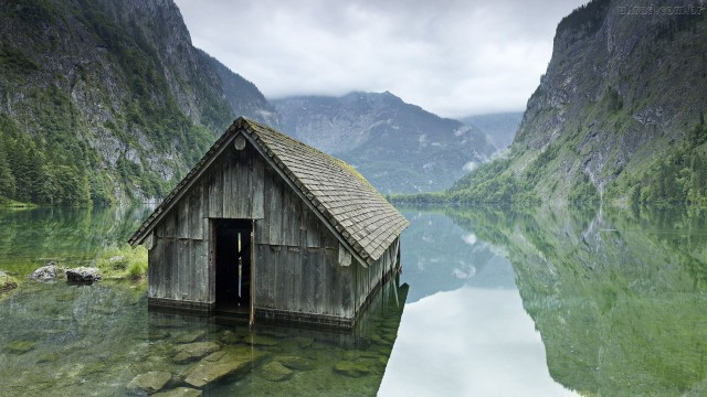 Fishing-hut-on-a-lake-in-Germany
