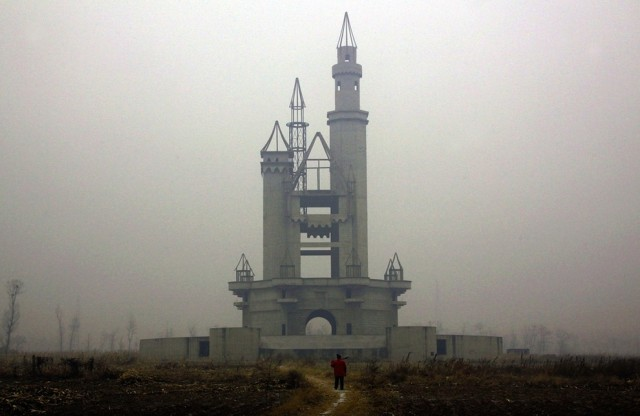 abandoned-Wonderland-Amusement-Park-outside-Beijing-China
