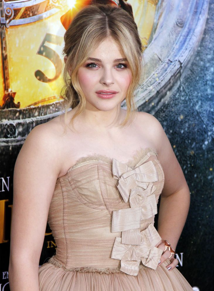 Chloe Moretz'ın ölçümleri | By Joella Marano (Chloë Grace Moretz) [CC BY-SA 2.0 (https://creativecommons.org/licenses/by-sa/2.0)], via Wikimedia Commons