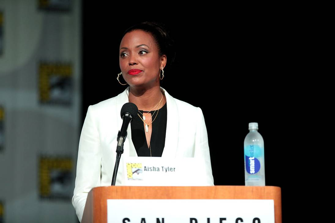 Aisha Tyler taille   By Gage Skidmore from Peoria, AZ, United States of America (Aisha Tyler) [CC BY-SA 2.0 (https://creativecommons.org/licenses/by-sa/2.0)], via Wikimedia Commons