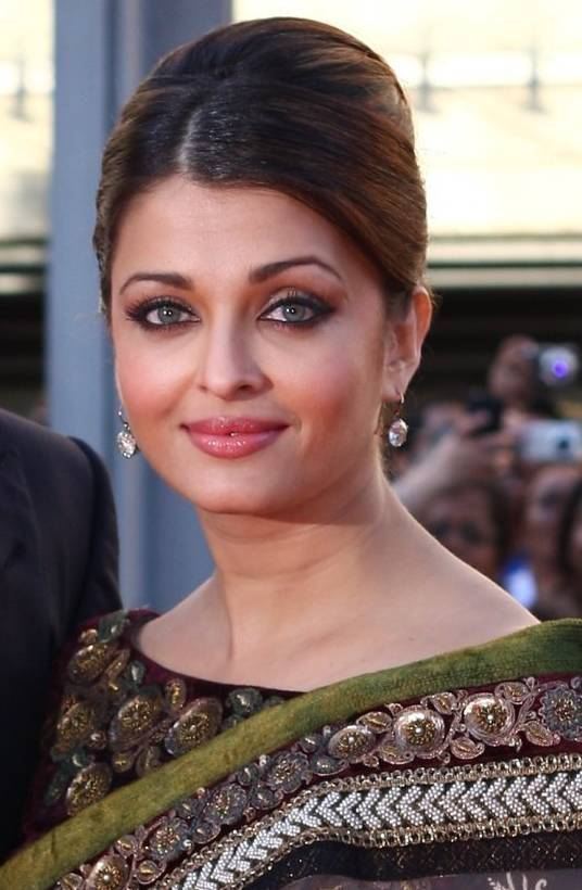 Aishwarya Rai taille   By Mark B. (https://www.flickr.com/photos/mab18/4727480754/) [CC BY 2.0 (http://creativecommons.org/licenses/by/2.0)], via Wikimedia Commons
