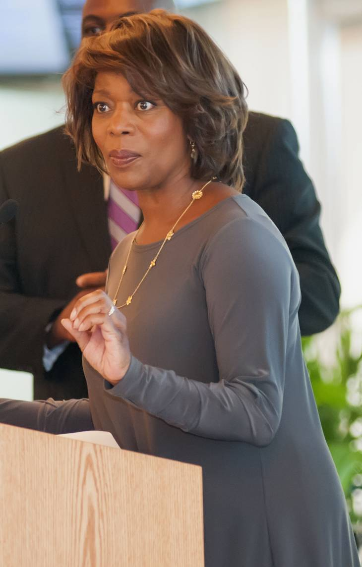Alfre Woodard taille | Photo by Johnson C. Smith University [CC BY-SA 2.0 (https://creativecommons.org/licenses/by-sa/2.0)], via Wikimedia Commons