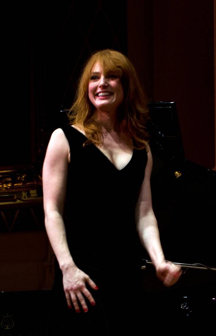 Alicia Witt taille   By Dennis Ebacher [CC BY-SA 2.0 (https://creativecommons.org/licenses/by-sa/2.0)], via Wikimedia Commons