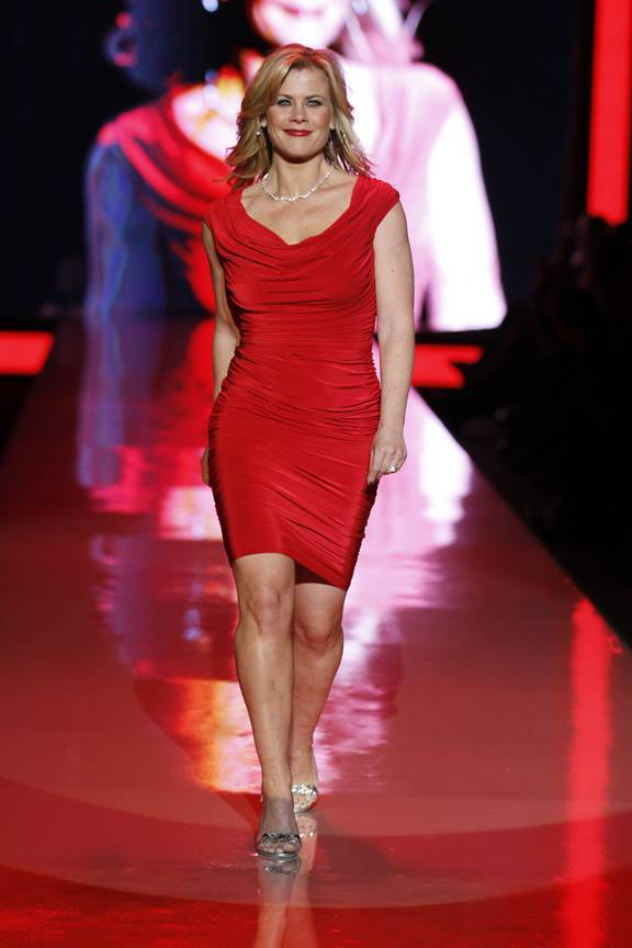 Alison Sweeney taille | By The Heart Truth (Alison Sweeney in Tadashi Shoji) [Public domain], via Wikimedia Commons