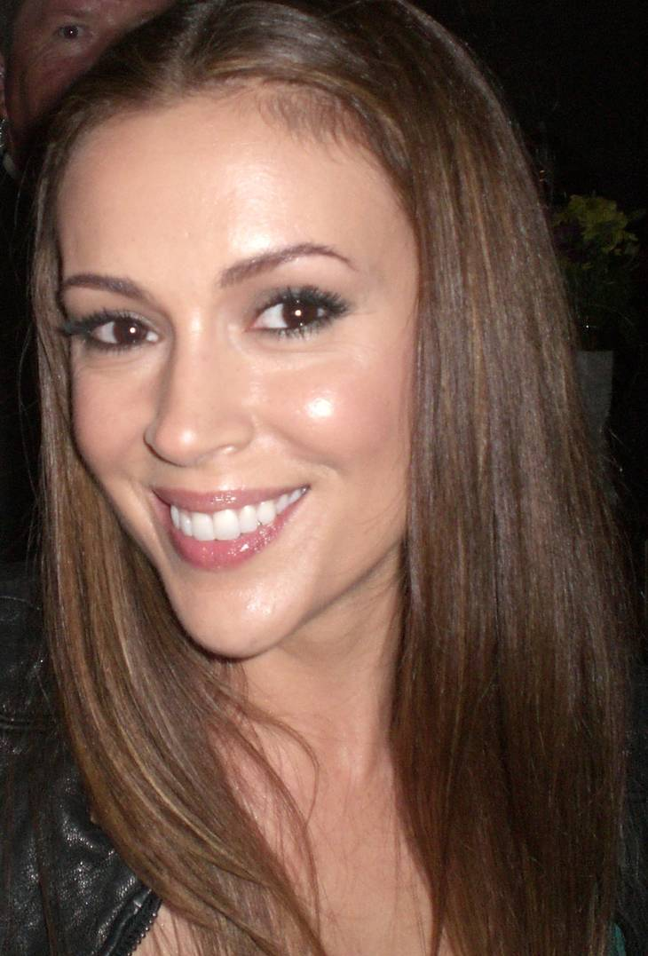 Alyssa Milano taille | By http://img4.wikia.nocookie.net/__cb20131113173046/charmed/images/1/1d/Alyssa-Milano-pic.jpg [CC BY-SA 1.0 (https://creativecommons.org/licenses/by-sa/1.0)], via Wikimedia Commons