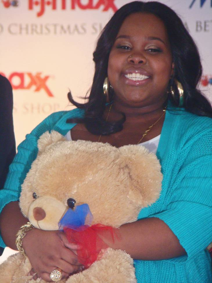 Amber Riley taille | By marcore! from NYC, USA (bear hug) [CC BY 2.0 (http://creativecommons.org/licenses/by/2.0)], via Wikimedia Commons