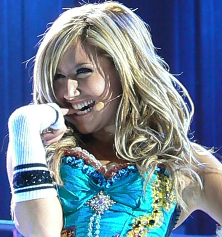 Ashley Tisdale taille | By derivative work: Kanonkas(talk) Ashley_Tisdale_2007.jpg: Eryn Johnstone (Ashley_Tisdale_2007.jpg) [CC BY 2.0 (http://creativecommons.org/licenses/by/2.0)], via Wikimedia Commons