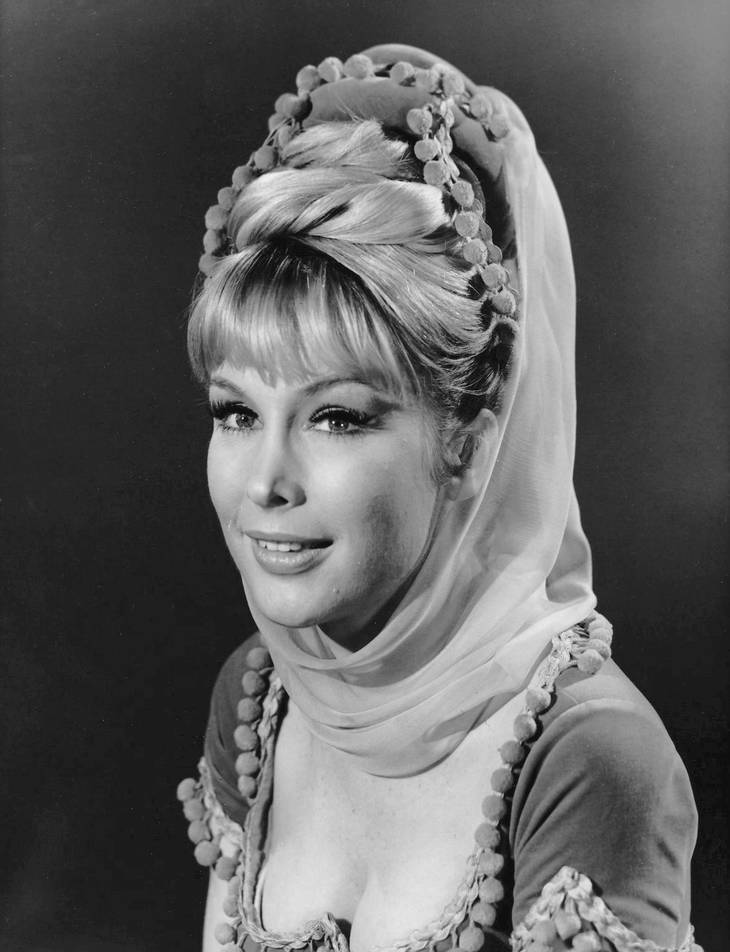 Barbara Eden taille | By NBC Television Uploaded by We hope at en.wikipedia (eBay item photo front photo back) [Public domain], via Wikimedia Commons