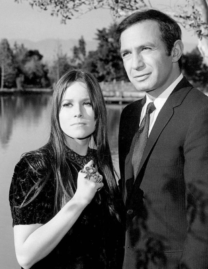 Barbara Hershey taille | By NBC Television (eBay front back) [Public domain], via Wikimedia Commons