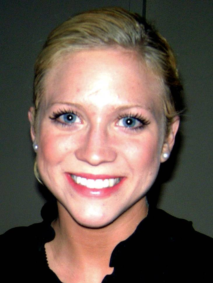 Brittany Snow taille | By Romina Espinosa (Cropped from Original) [GFDL (http://www.gnu.org/copyleft/fdl.html) or CC-BY-SA-3.0 (http://creativecommons.org/licenses/by-sa/3.0/)], via Wikimedia Commons