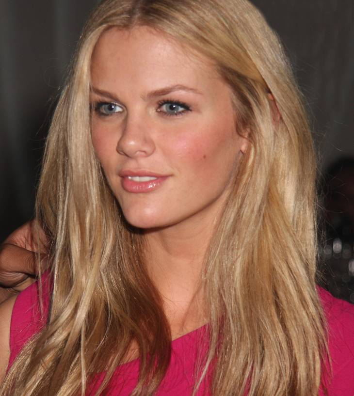Brooklyn Decker taille   Porter Hovey [CC BY-SA 3.0 (https://creativecommons.org/licenses/by-sa/3.0)], via Wikimedia Commons
