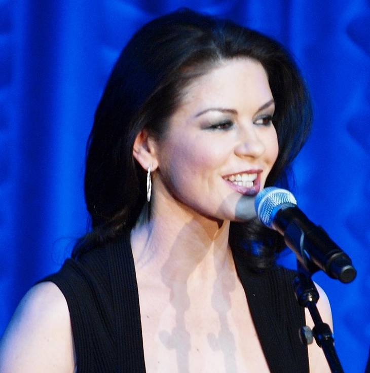 Catherine Zeta-Jones taille | By https://www.flickr.com/photos/41207795@N02/ [CC BY 2.0 (http://creativecommons.org/licenses/by/2.0)], via Wikimedia Commons