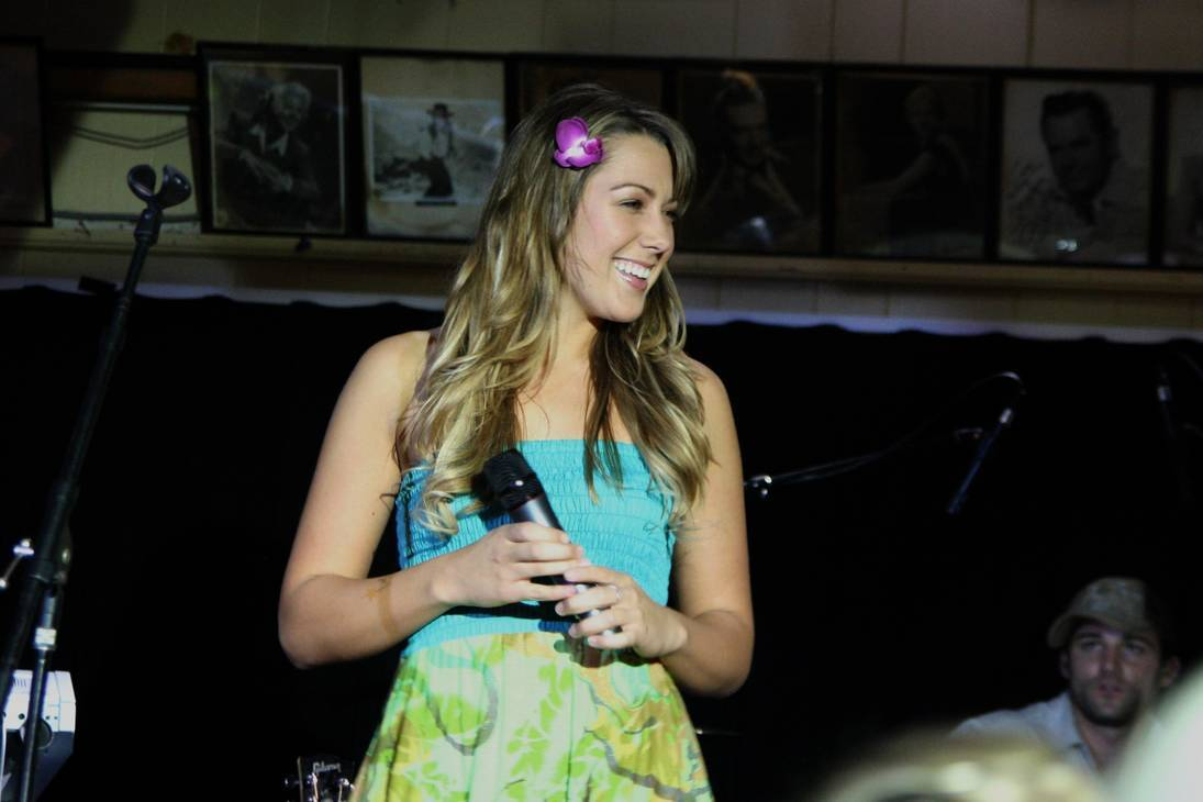 Colbie Caillat taille | By Marc Levin (Colbie Caillat) [CC BY 2.0 (http://creativecommons.org/licenses/by/2.0)], via Wikimedia Commons