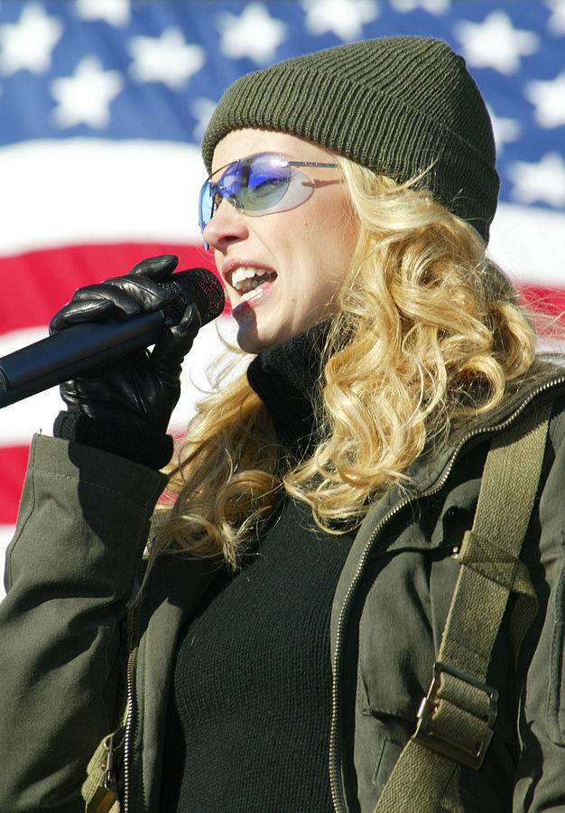 Faith Hill altura | By U.S. Air Force photo by Airman 1st Class Jason Neal ([1] at [2]) [Public domain], via Wikimedia Commons