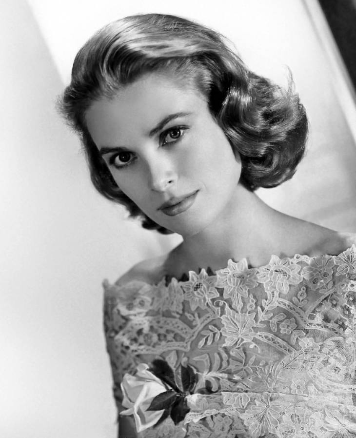 Grace Kelly altura | By Metro-Goldwyn-Mayer (eBay front back) [Public domain], via Wikimedia Commons