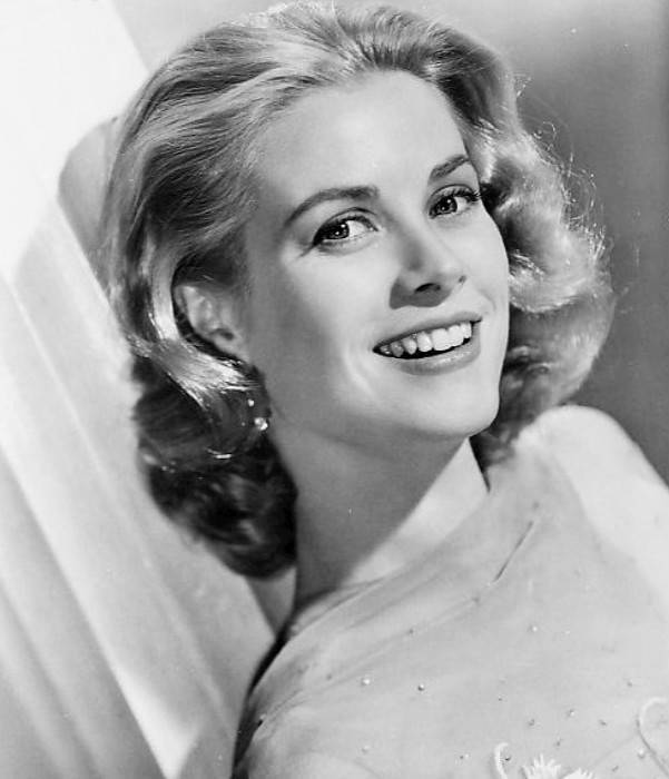 Grace Kelly medidas | By Metro Goldwyn Mayer (eBay front back) [Public domain], via Wikimedia Commons
