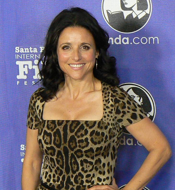 Julia Louis-Dreyfus peso | By Albert Domasin from Los Angeles, united states (April 07 MTR New Adventures of Old Christine 002) [CC BY 2.0 (http://creativecommons.org/licenses/by/2.0)], via Wikimedia Commons