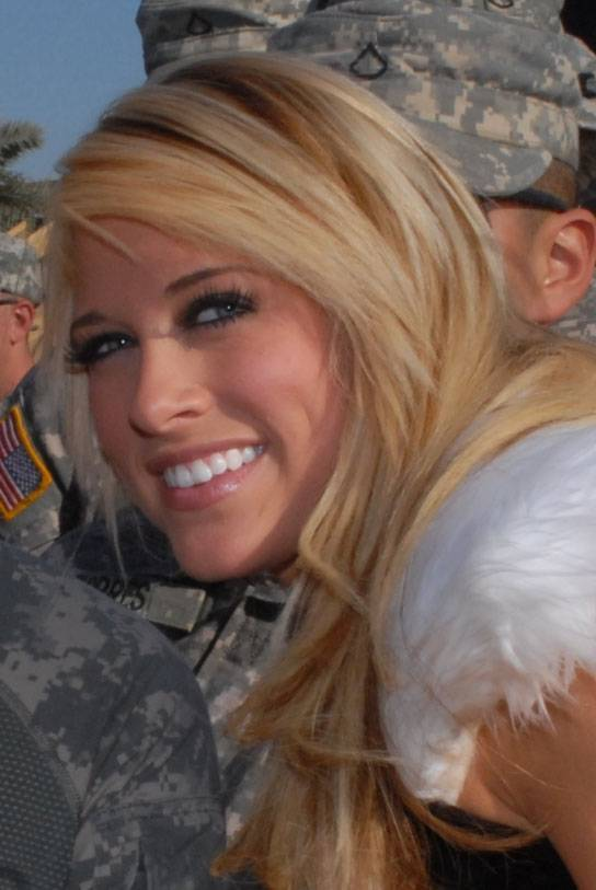 Kelly Kelly taille | By Spc. Tiffany Evans [Public domain], via Wikimedia Commons
