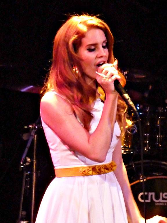 Lana Del Rey taille | By aphrodite-in-nyc from new york city (P1150611) [CC BY 2.0 (http://creativecommons.org/licenses/by/2.0)], via Wikimedia Commons