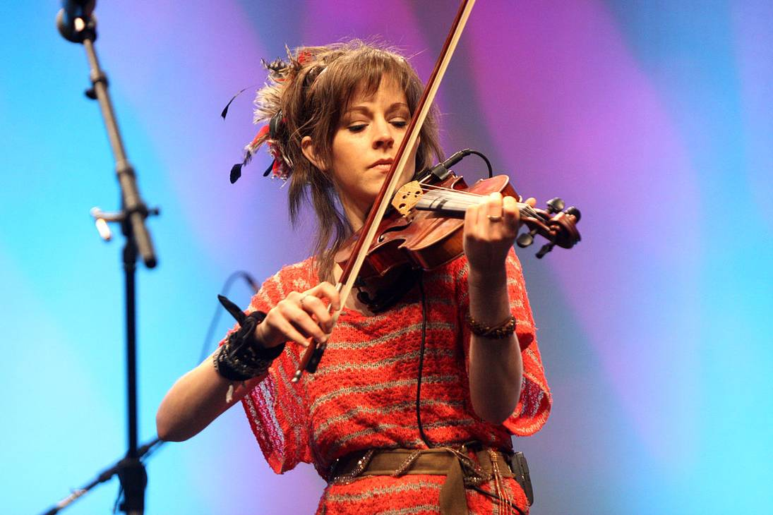 Lindsey Stirling taille | By Gage Skidmore from Peoria, AZ, United States of America (Lindsey Sterling  Uploaded by MaybeMaybeMaybe) [CC BY-SA 2.0 (https://creativecommons.org/licenses/by-sa/2.0)], via Wikimedia Commons
