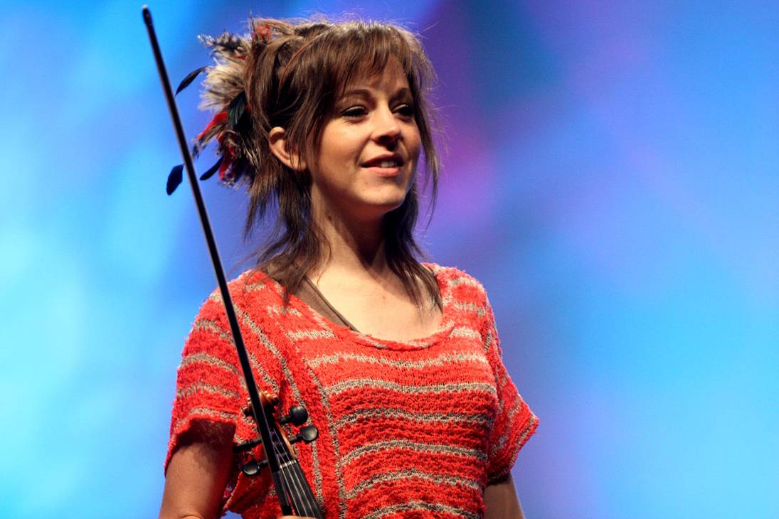 Lindsey Stirling peso | By Gage Skidmore from Peoria, AZ, United States of America (Lindsey Sterling  Uploaded by MaybeMaybeMaybe) [CC BY-SA 2.0 (https://creativecommons.org/licenses/by-sa/2.0)], via Wikimedia Commons