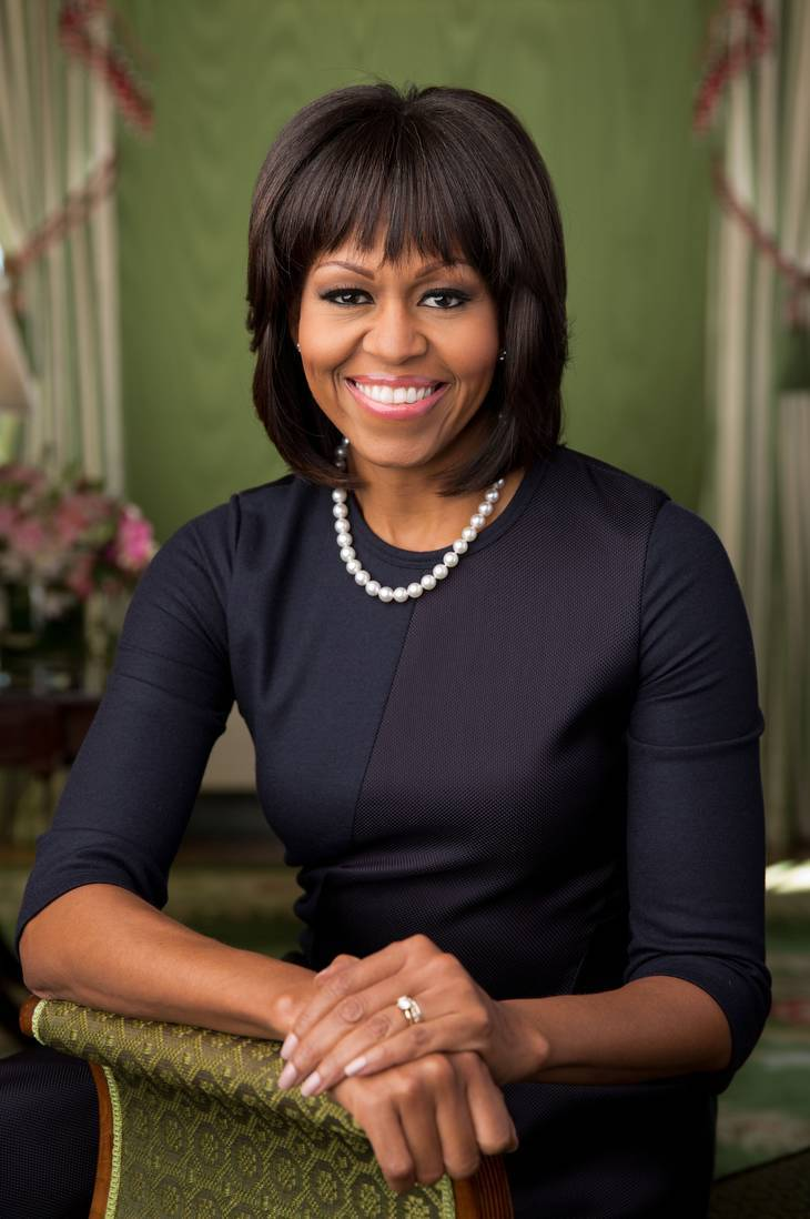Michelle Obama サイズ | By Official White House Photo by Chuck Kennedy (P021213CK-0027 (direct link)) [Public domain], via Wikimedia Commons