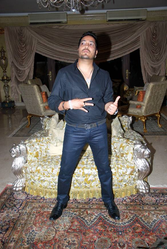 Mika Singh größe | By http://www.bollywoodhungama.com [CC BY 3.0 (http://creativecommons.org/licenses/by/3.0)], via Wikimedia Commons