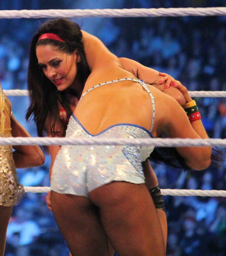 Nikki Bella taille   By Megan Elice Meadows [CC BY-SA 2.0 (https://creativecommons.org/licenses/by-sa/2.0)], via Wikimedia Commons