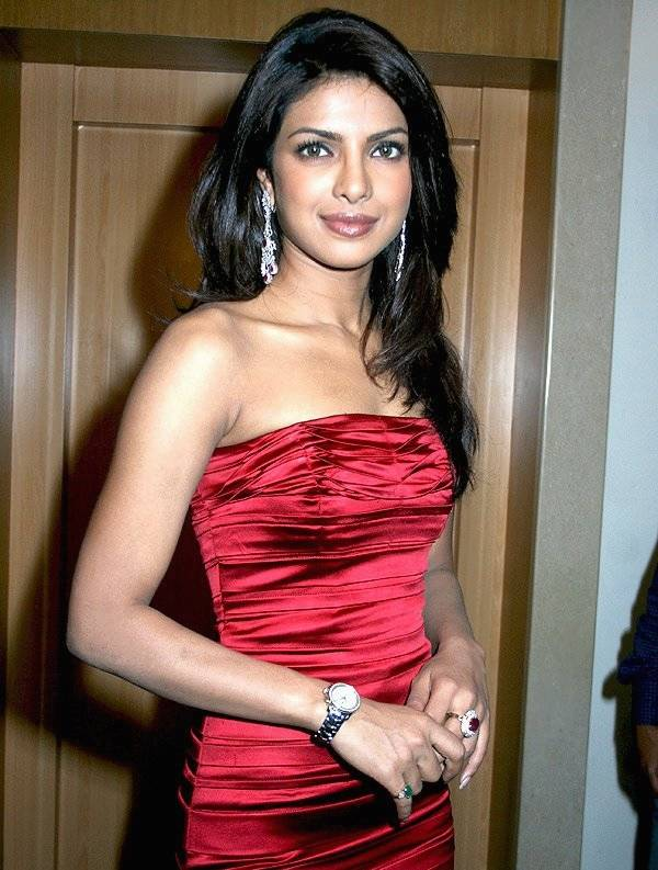 Priyanka Chopra altura | By IndiaFM.Theunstopable123 at en.wikipedia (Bollywood Hungama) [CC BY 3.0 (http://creativecommons.org/licenses/by/3.0)], from Wikimedia Commons
