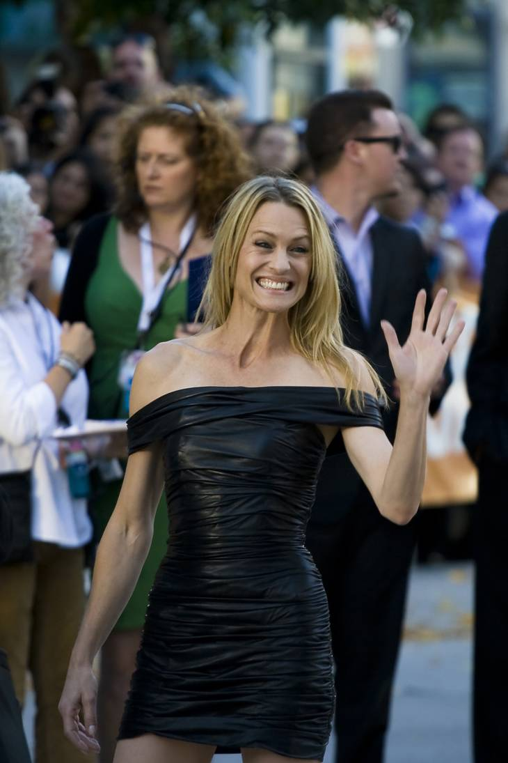 Robin Wright taille | By Josh Jensen from Toronto, Ontario, Canada (Robin Wright Penn Waves to Her Fans) [CC BY-SA 2.0 (https://creativecommons.org/licenses/by-sa/2.0)], via Wikimedia Commons