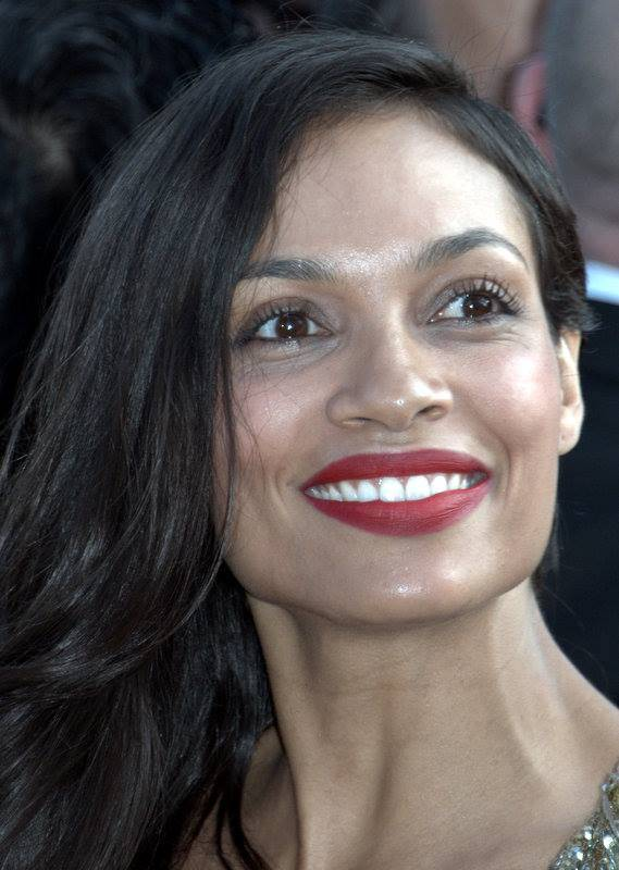 Rosario Dawson peso | Georges Biard [CC BY-SA 3.0 (https://creativecommons.org/licenses/by-sa/3.0)], via Wikimedia Commons