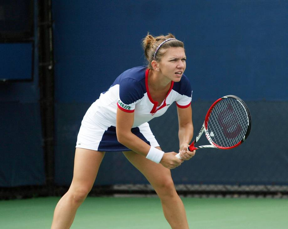 Simona Halep'ın ölçümleri | By robbiesaurus from Smithtown, NY, USA (Simona Halep (ROU)  Uploaded by Flickrworker) [CC BY-SA 2.0 (https://creativecommons.org/licenses/by-sa/2.0)], via Wikimedia Commons