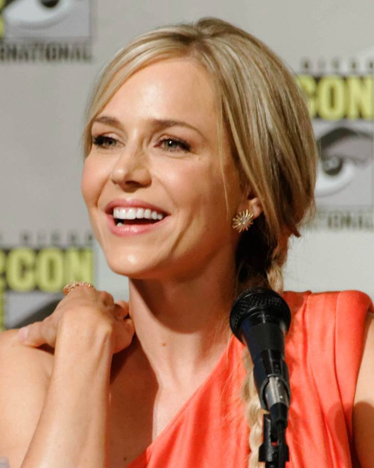 Stephanie Leonidas taille | By Ronald Woan (Julie Benz) [CC BY-SA 2.0 (https://creativecommons.org/licenses/by-sa/2.0)], via Wikimedia Commons
