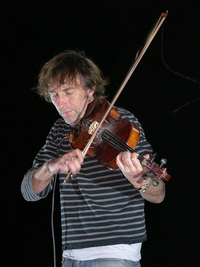 Yann Tiersen taille | By Shadowgate (Flickr: Yann Tiersen 12) [CC BY 2.0 (http://creativecommons.org/licenses/by/2.0)], via Wikimedia Commons