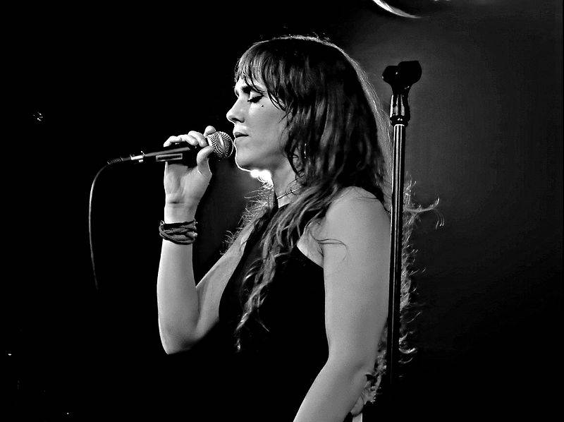 Zaz taille | By Drew de F Fawkes (Zaz, Under the Bridge, London) [CC BY 2.0 (http://creativecommons.org/licenses/by/2.0)], via Wikimedia Commons