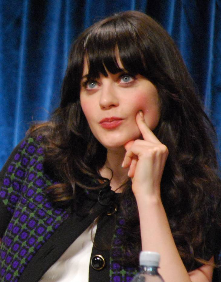 Zooey Deschanel height | By Genevieve (Elizabeth Meriwether, Zooey Deschanel) [CC BY 2.0 (http://creativecommons.org/licenses/by/2.0)], via Wikimedia Commons
