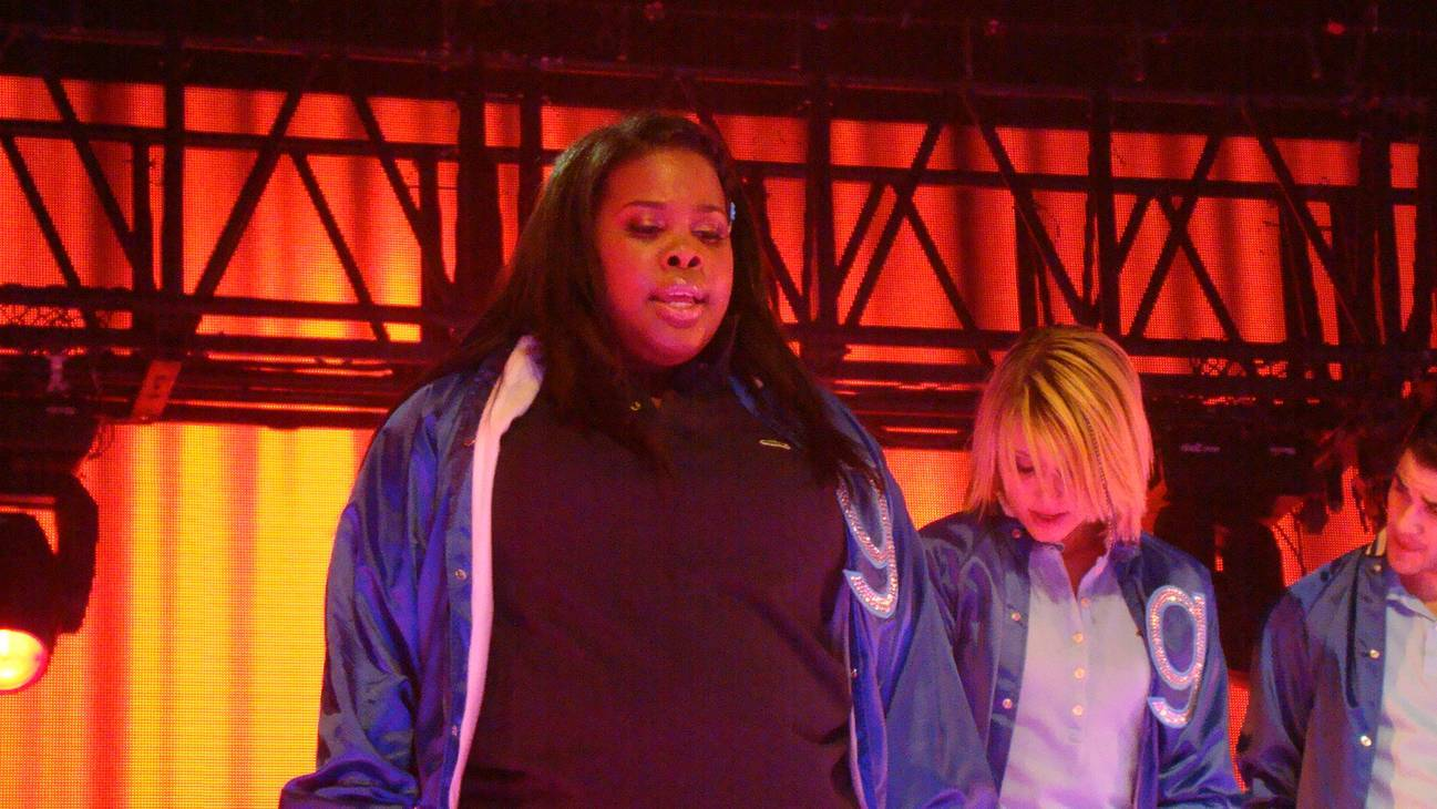 Amber Riley maße | By vagueonthehow from Tadcaster, York, England (Amber Riley & Dianna Agron) [CC BY 2.0 (http://creativecommons.org/licenses/by/2.0)], via Wikimedia Commons