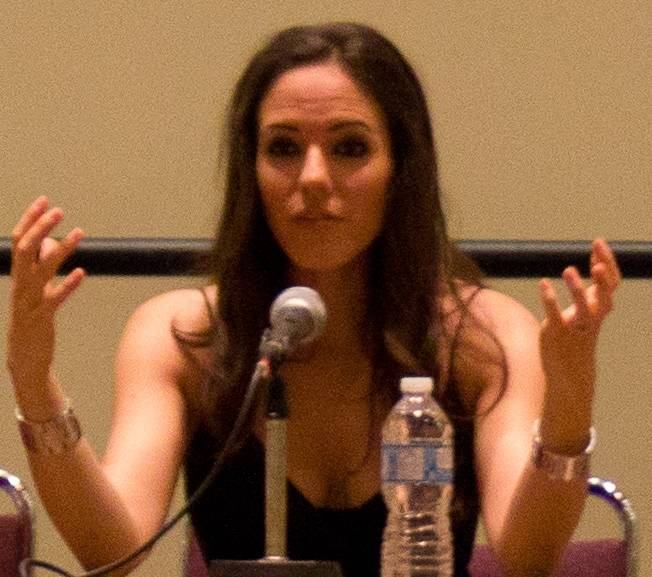 Anna Silk medidas | By Lost_Girl_cast_at_Fan_Expo.jpg: Tabercil derivative work: Geo Swan [CC BY-SA 3.0 (https://creativecommons.org/licenses/by-sa/3.0)], via Wikimedia Commons
